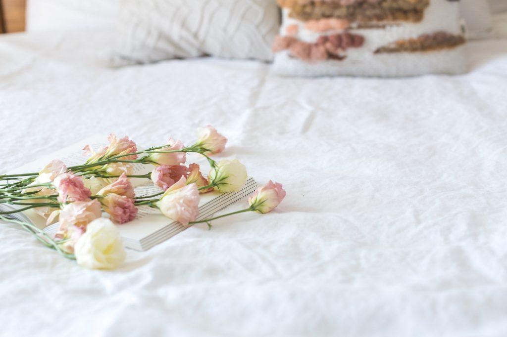 ruže na posteli